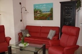 Wohnzimmer mit bequemer Sitzgruppe
