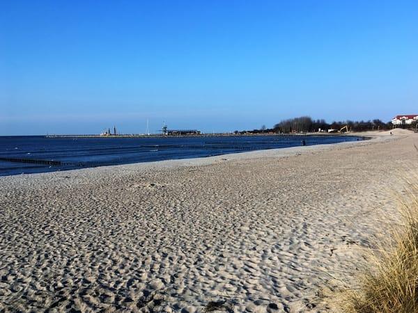 Strand mit Blick zum Hafen