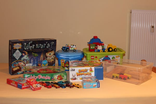 Auch an regnerischen Tagen können die kleinen Gäste sich beschäftigen - neben Spielzeug gibt es noch Kinder-DVDs