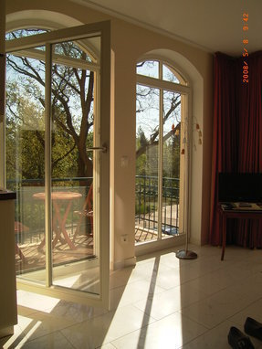 stimmungsvoller Blick vom Wohnzimmer auf den Kurpark Baabe