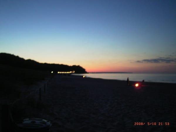 fast Mitternachtssonne, Lagerfeuer am Strand