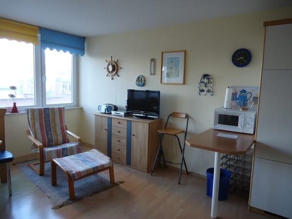 Blick in den Wohnzimmerbereich mit angrenzender Küchenzeile.
