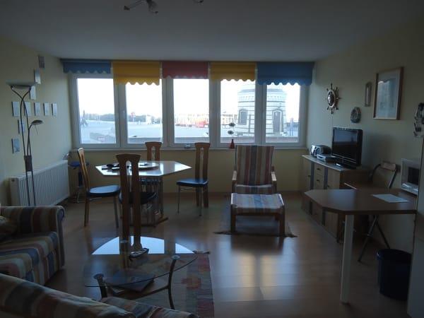 Panoramafenster mit direktem Blick zum Leuchtturm und der Promenade.