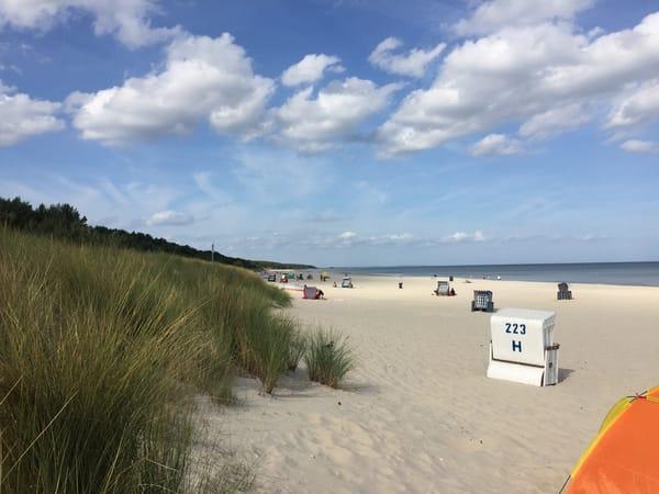 Breiter kilometerlanger feinsandiger Strand