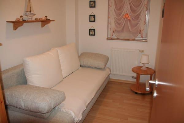 Zweites Schlafzimmer mit ausklappbarer breiter Schlafcouch