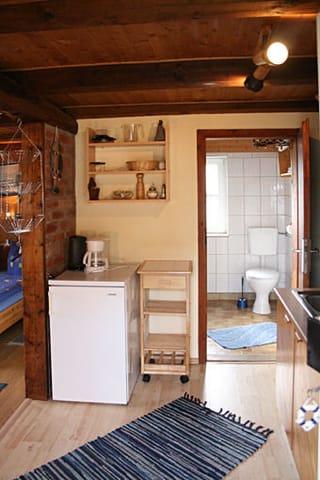Blick Küche / Duschbad vom Eingang aus