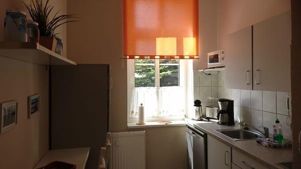 Küche mit Kühlschrank und Mikrowelle