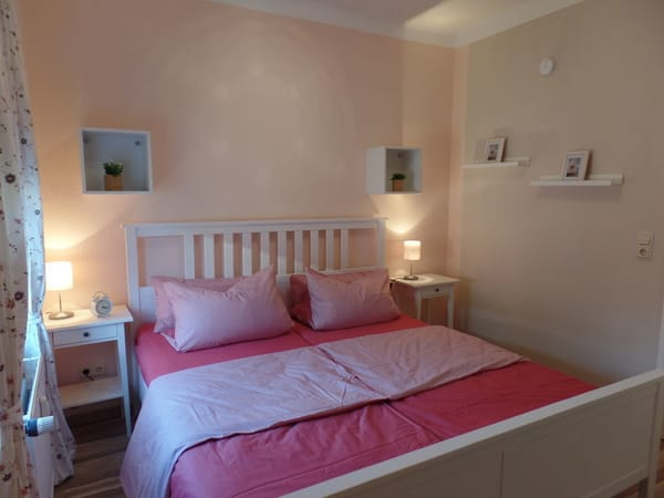 Schlafzimmer mit Doppelbett 1,80 m x 2,00 m