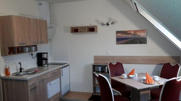 Küchenzeile mit E-Geräten und Geschirrspüler