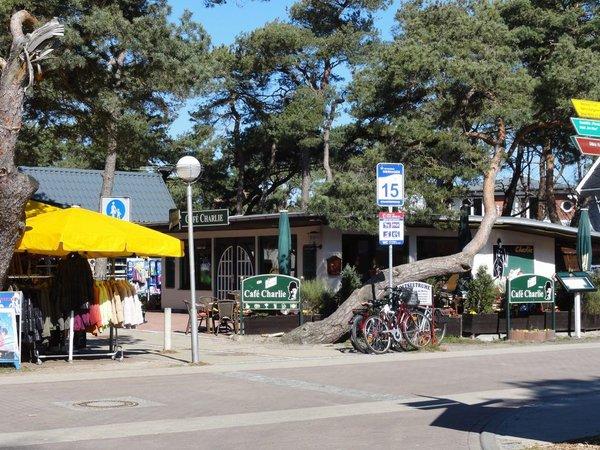 Der Strandaufgang befindet sich direkt neben dem Haus. Von hier aus sind es nur 100m zum feinsandigen Ostseestrand. Genießen Sie im Café Charlie die Sonne und Ihren Kaffee.