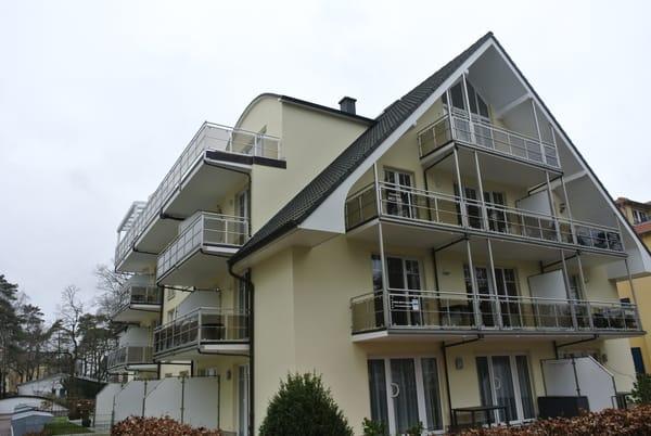 ...zweite Etage linker Hand...zwei Balkone...