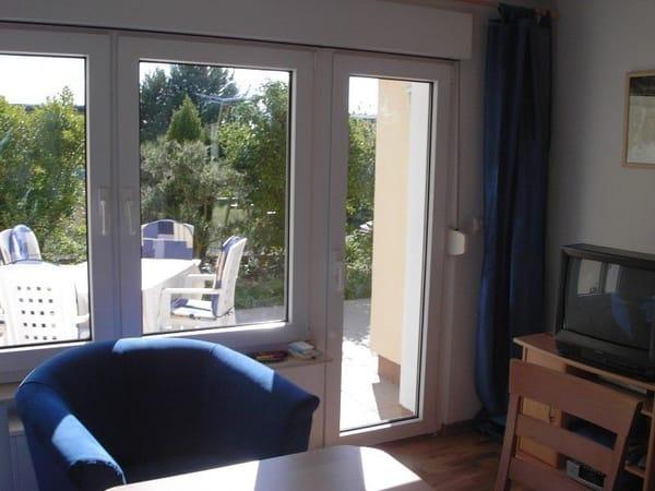 Blick vom Wohnzimmer auf die Terrasse noch mit altem TV und ohne Kamin