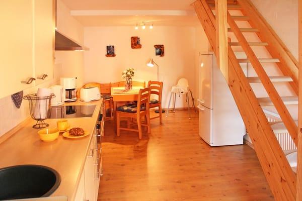Wohnküche (Paterre) mit Küchenzeile inklusive Spülmaschine, Backofen und Mikrowelle