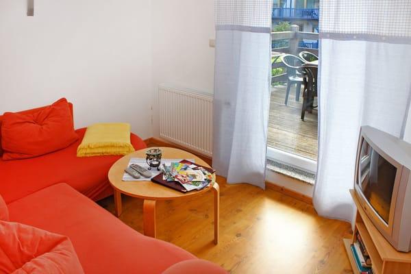 Sitzlounge (Obergeschoss) mit TV und Blick zum Garten