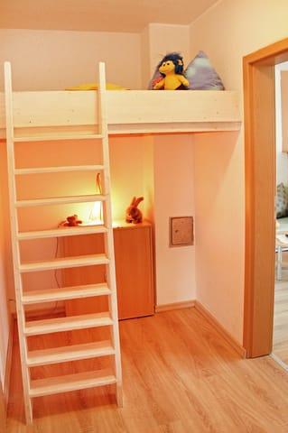 offener Bereich mit einem Hochbett für Kinder bis max. 5 Jahre