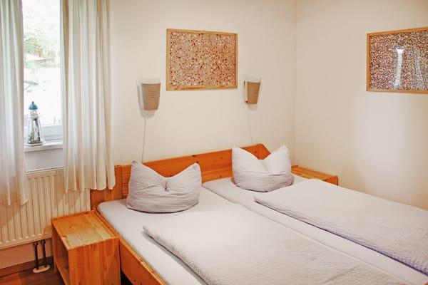 Schlafraum mit Doppelbett (1,80m x 2,00m) und Kleiderschrank