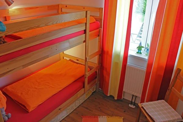 Schlafraum mit Doppelstockbett - obere Liegefläche (0,90m x 2,00m) untere Liegefläche (0,90m x 2,00m)