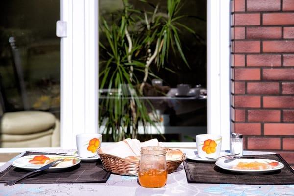 Beim Frühstück auf der Teerasse vor der Ferienwohnung
