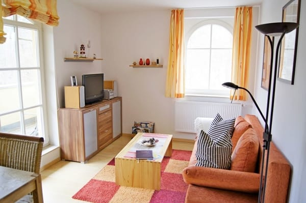 Wohnzimmer mit großem Fenster zur Terrasse