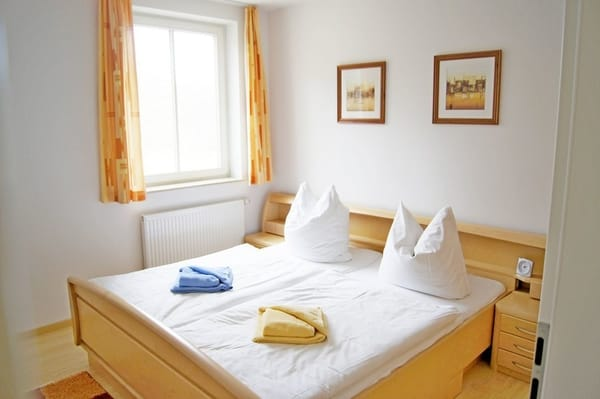 Schlafzimmer mit Kinderbettchen bei Bedarf