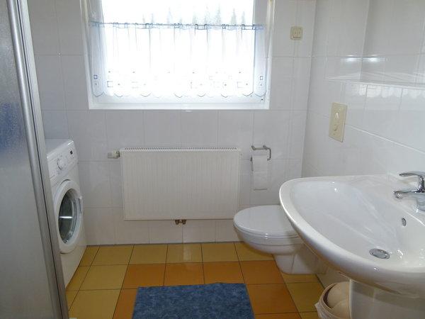 Bad mit Dusche, Waschmaschine und Fön