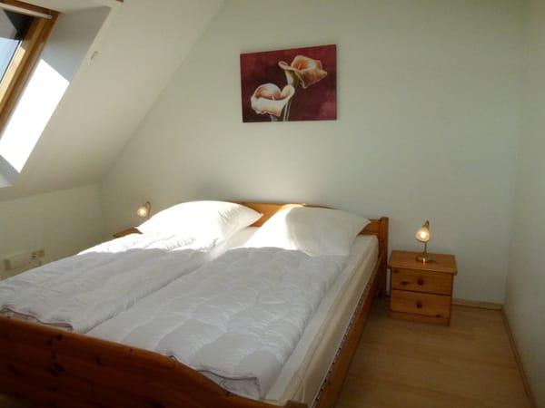 1. Schlafraum mit großem Panoramafenster und Außenjalousie