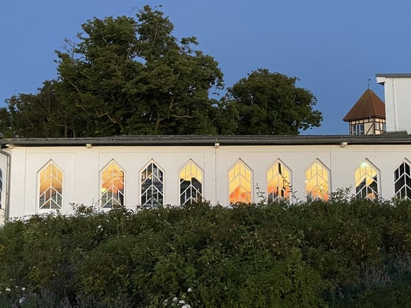 Sonnenuntergang als Spiegelung in den fenstern des Konzertgarten West