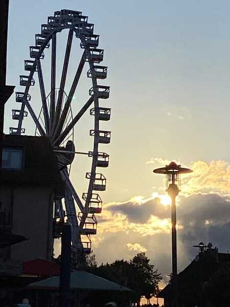 Abendliche Impression mit Riesenrad auf dem baltikplatz