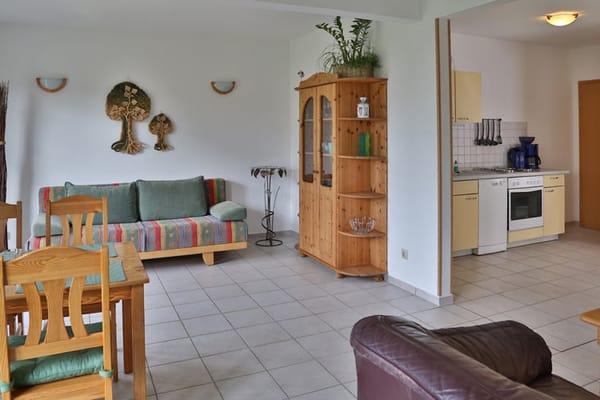 Wohnbereich mit Blick in den Küchenbereich