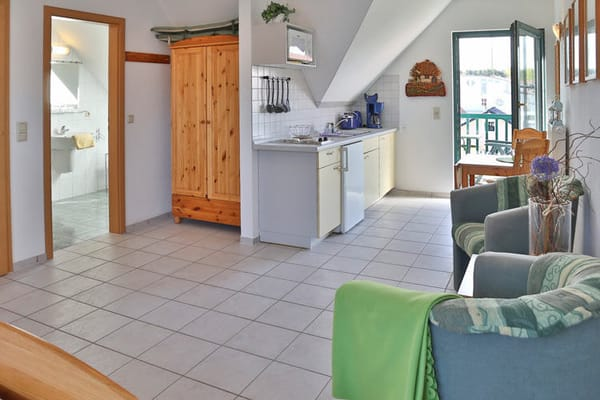 Küche und Essbereich mit Blick ins Bad