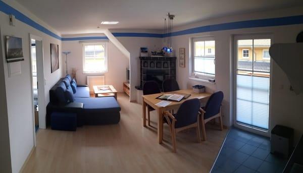 Blick ins Wohnzimmer mit neuer Couch