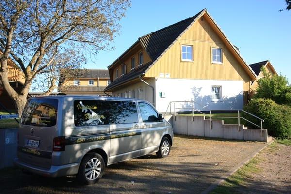 Hauszugang mit Parkplätzen