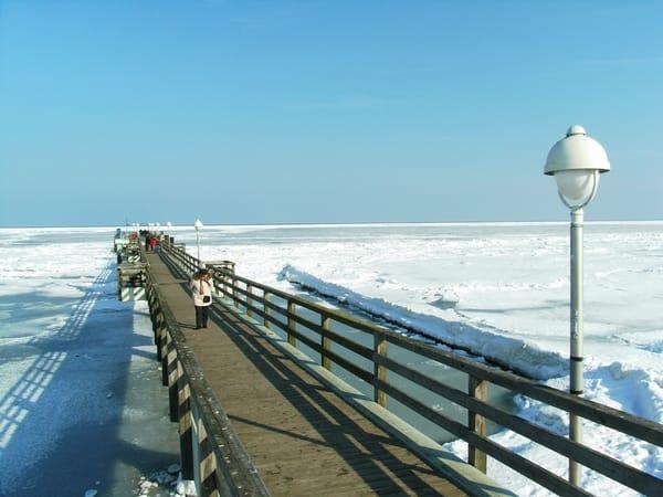Seebrücke mit gefrorener Ostsee