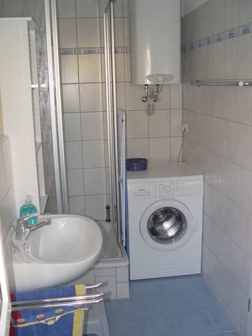 Tageslichtbad mit Dusche und Waschmaschine