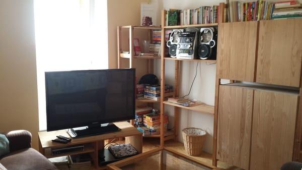 Wohnbereich mit Flachbild-Fernseher und Stereo-Anlage