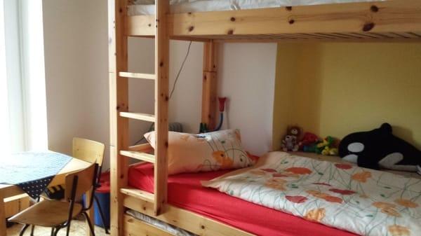 Kinderzimmer mit Doppelstockbett und Bettschublade
