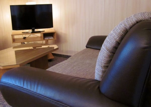 Couch mit Flach-TV