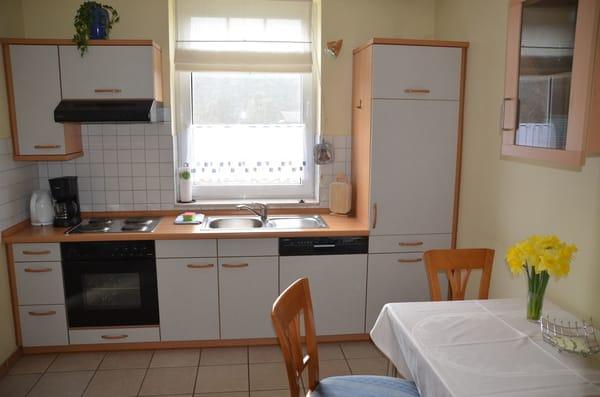 Küchenzeile mit Essbereich