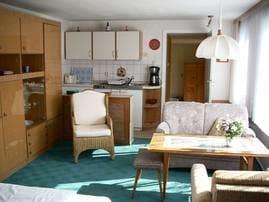 Küchenzeile und Sitzgruppe oben
