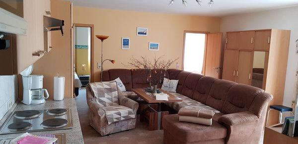 Wohnzimmer, Blick zu den Schlafzimmern 1. Rechts und 2. Links