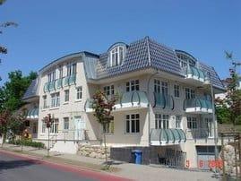 """Außenansicht Appartementhaus """"Caspar David"""" mit Tiefgarage, Balkon und Fahrstuhl.  Top Lage - nur wenige Gehminuten vom Strand"""