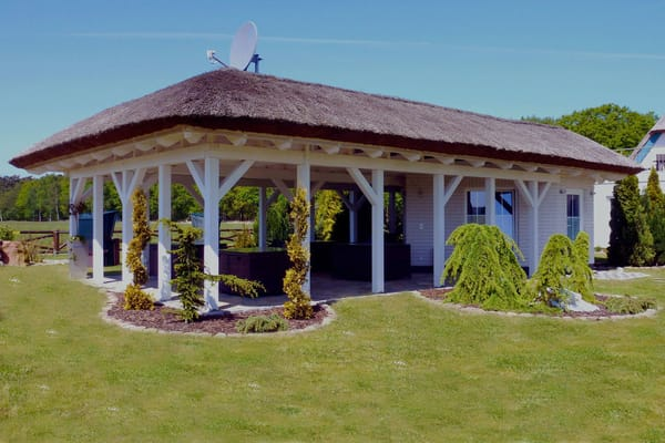 Grillplatz im Garten mit Saunagebäude