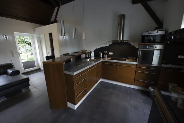 Einbauküche mit kompletter Ausstattung sowie mit Barteil