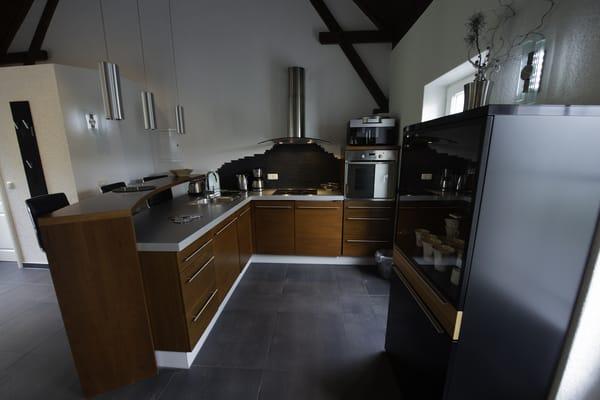 moderne, komplett ausgestattete Einbauküche