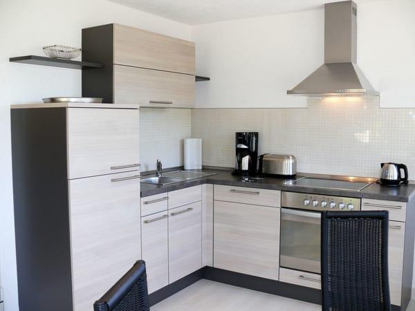 separater Küchenbereich, mit komplett ausgestatteter Einbauküche im Wintergartenanbau