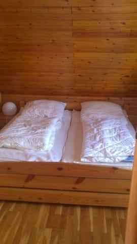 Separates Schlafzimmer mit zusätzlichem Kinderbett