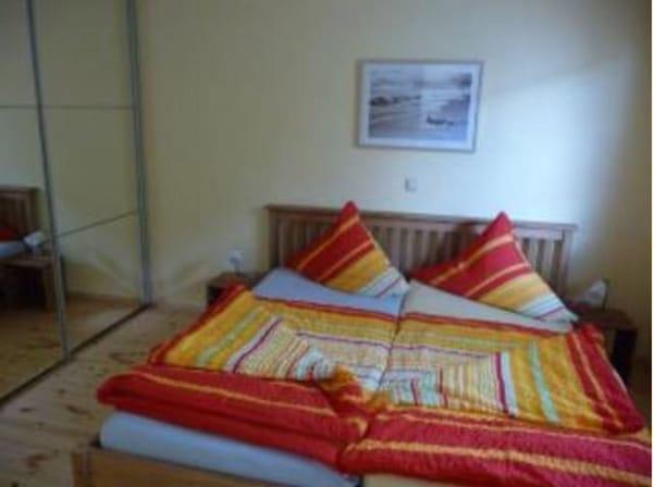 Schlafzimmer EG Doppelbett und riesiger Kleiderschrank