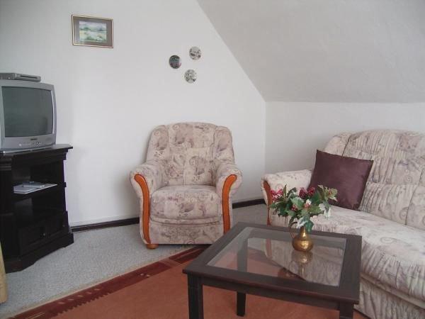 Wohnzimmer mit Sat-TV und Radio