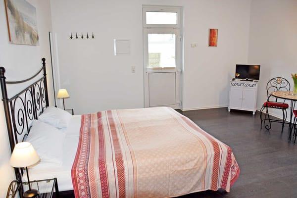Zimmer 2, 1-Raum-Apartment mit Küchenzeile