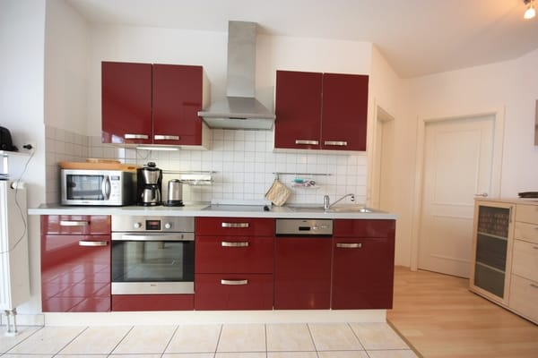 Blick auf die voll ausgestattete Küchenzeile (3,70 m) mit Geräten